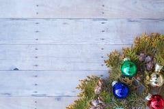 Weihnachtsverzierungen auf einem hölzernen Hintergrund Lizenzfreies Stockbild