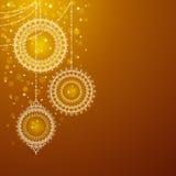 Weihnachtsverzierungen auf goldenem Hintergrund Lizenzfreie Stockfotos