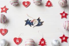 Weihnachtsverzierungen auf Hintergrund Stockbilder
