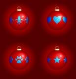 Weihnachtsverzierungen auf rotem Hintergrund Lizenzfreies Stockbild