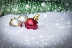 Weihnachtsverzierungen auf Schnee Lizenzfreies Stockbild