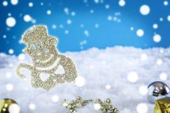 Weihnachtsverzierungen auf Schnee Stockfotografie