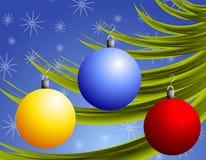 Weihnachtsverzierungen auf Zweig Lizenzfreies Stockfoto