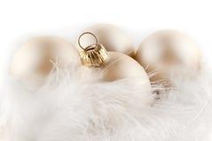 Weihnachtsverzierungen in den billowy Federn lizenzfreies stockbild