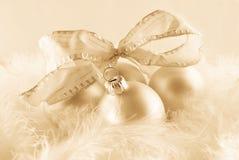 Weihnachtsverzierungen in den billowy Federn stockfotografie