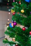 Weihnachtsverzierungen, die am Weihnachtsbaum hängen Stockfotografie