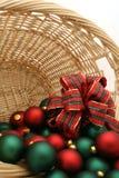 Weihnachtsverzierungen in einer Korb-Serie - Ornaments4 Stockfotografie