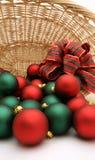 Weihnachtsverzierungen in einer Korb-Serie - Ornaments8 Lizenzfreies Stockfoto