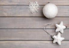 Weihnachtsverzierungen im Weiß auf einem hellgrauen hölzernen Hintergrund Neues Jahr ` s Zubehör Ansicht von oben Lizenzfreie Stockfotografie