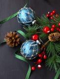Weihnachtsverzierungen mit festlichen Bällen und Kiefernniederlassungen mit sind Stockfotografie