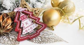 Weihnachtsverzierungen mit hölzernem Baum, goldenem Stern und Bälle ligh Lizenzfreie Stockfotografie