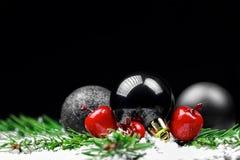 Weihnachtsverzierungen mit Kieferniederlassungen Lizenzfreie Stockfotos