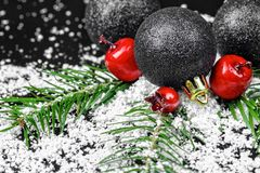 Weihnachtsverzierungen mit Kieferniederlassungen Stockfotografie