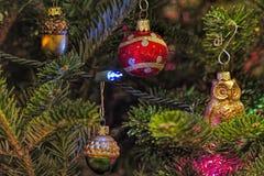 Weihnachtsverzierungen mit Lichtern auf Baum Lizenzfreie Stockfotos
