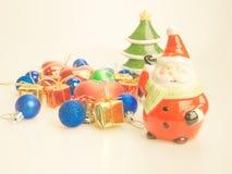 Weihnachtsverzierungen mit Santa Claus- und Weihnachtsbaum Stockfoto