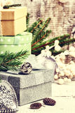 Weihnachtsverzierungen mit Stapel Geschenken Abstraktes Hintergrundmuster der weißen Sterne auf dunkelroter Auslegung Lizenzfreie Stockbilder