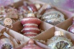 Weihnachtsverzierungen und -beifall stockfotos