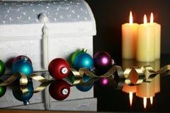 Weihnachtsverzierungen und beleuchtete Kerzen lizenzfreie stockfotos