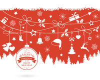 Weihnachtsverzierungen und -dekorationen auf einem einfarbigen roten Hintergrund Stockfoto