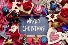 Weihnachtsverzierungen und frohe Weihnachten des Textes Stockbilder