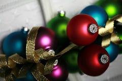 Weihnachtsverzierungen und Goldfarbband stockfoto