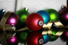 Weihnachtsverzierungen und Goldfarbband stockbild