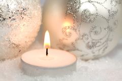 Weihnachtsverzierungen und -kerze Stockbild