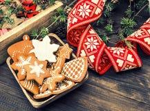 Weihnachtsverzierungen und Lebkuchenplätzchen Abbildung der roten Lilie Stockfotos