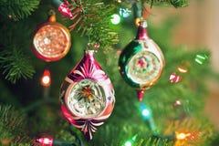 Weihnachtsverzierungen und -lichter auf einem Baum Stockbild