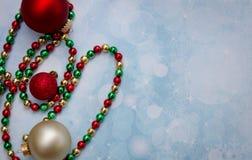Weihnachtsverzierungen und perlenbesetzte Girlande Stockbilder