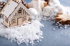 Weihnachtsverzierungen und -plätzchen lizenzfreie stockfotos