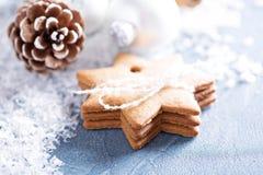Weihnachtsverzierungen und -plätzchen lizenzfreies stockfoto