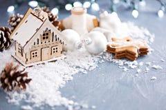 Weihnachtsverzierungen und -plätzchen lizenzfreie stockfotografie
