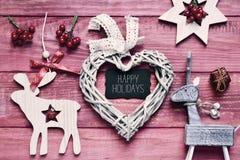 Weihnachtsverzierungen und -text frohe Feiertage, gefiltert Stockbild