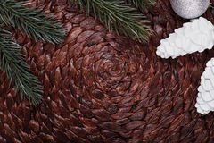 Weihnachtsverzierungen und Weihnachtsbaum auf dunklem Feiertagshintergrund Weihnachtsthema und -guten Rutsch ins Neue Jahr Lizenzfreie Stockfotos