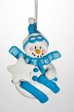 Weihnachtsverzierungs-Schneemann auf Skis Stockfoto