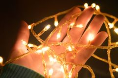 Weihnachtswarme Goldgirlandenlichter Lizenzfreies Stockfoto