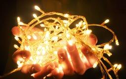 Weihnachtswarme Goldgirlandenlichter Stockbild