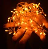 Weihnachtswarme Goldgirlandenlichter Stockfotografie