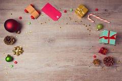 Weihnachtswebsite-Titeldesign mit rustikalen Dekorationen stockfoto