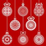 Weihnachtsweiße angeschnittene Bälle auf dem roten Hintergrund Lizenzfreies Stockbild