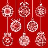 Weihnachtsweiße angeschnittene Bälle auf dem roten Hintergrund Stockbild