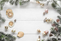 Weihnachtsweißer hölzerner Hintergrund mit Draufsicht der Tannenzweige te Stockfoto
