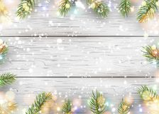 Weihnachtsweißer hölzerner Hintergrund mit Feiertagstannenbaumasten, Kiefernkegel, helle Girlande, bokeh, fallender glänzender Sc Stockfoto