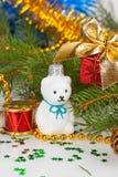 Weihnachtsweißer Teddybär mit Dekorationen Lizenzfreie Stockfotografie