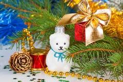 Weihnachtsweißer Teddybär mit Dekorationen Stockfotos