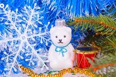Weihnachtsweißer Teddybär mit Dekorationen Lizenzfreies Stockbild