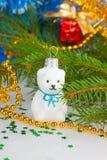 Weihnachtsweißer Teddybär mit Dekorationen unter dem Weihnachten Lizenzfreie Stockbilder
