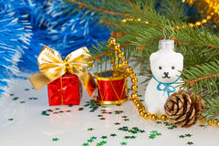 Weihnachtsweißer Teddybär mit Dekorationen unter dem Weihnachten Lizenzfreies Stockfoto