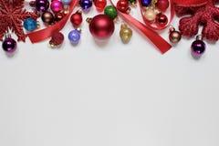 Weihnachtsweißhintergrund stockfoto